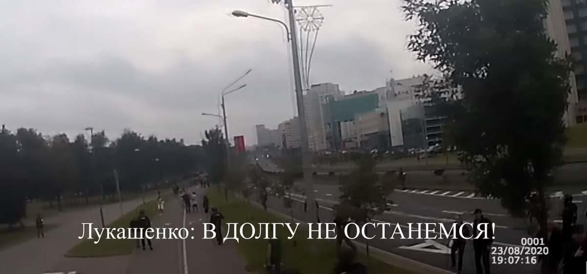 Лукашенко с автоматом лично распоряжается «убрать» протестующих. Девушка кричит: «Мама!». Видео с камеры силовика