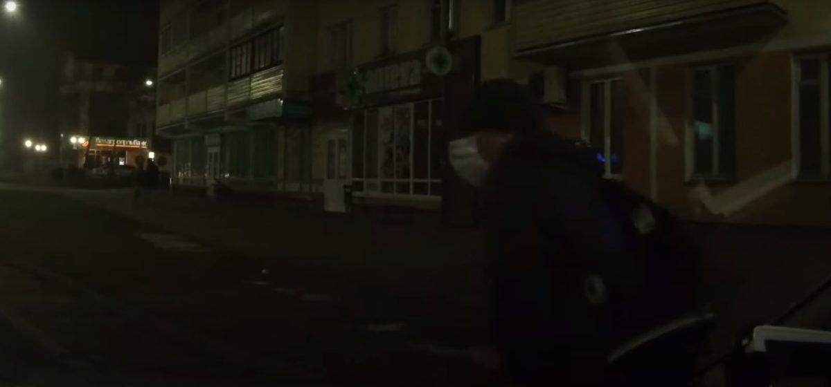 Учитель проколол колеса в машине милиции в Барановичах. Видео
