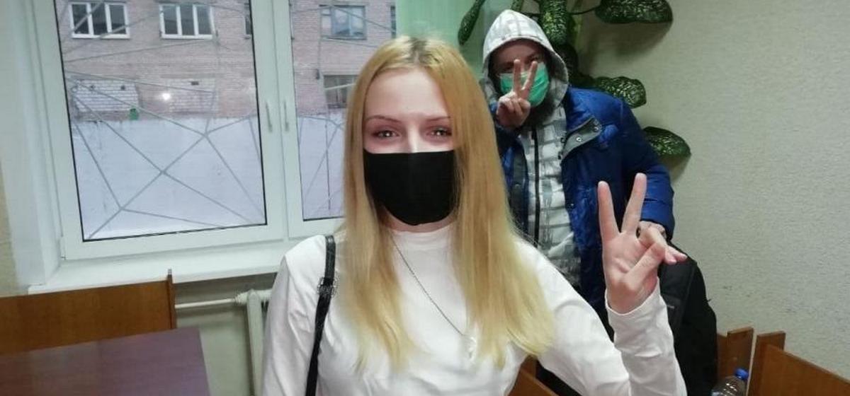Девушку задержали в Витебске за то, что остановилась на улице с шариками и «привлекла к себе внимание». Решение судьи всех удивило