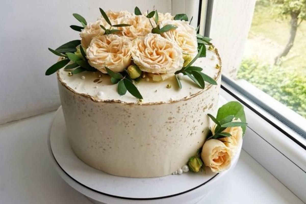 Праздничный торт. Фото: Мария БОЛТУТЬ