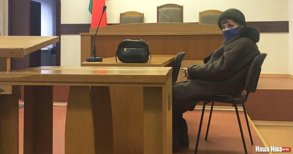 «Когда судья войдет, нужно вставать?» Как 87-летнюю минчанку судили за бело-красно-белый флаг