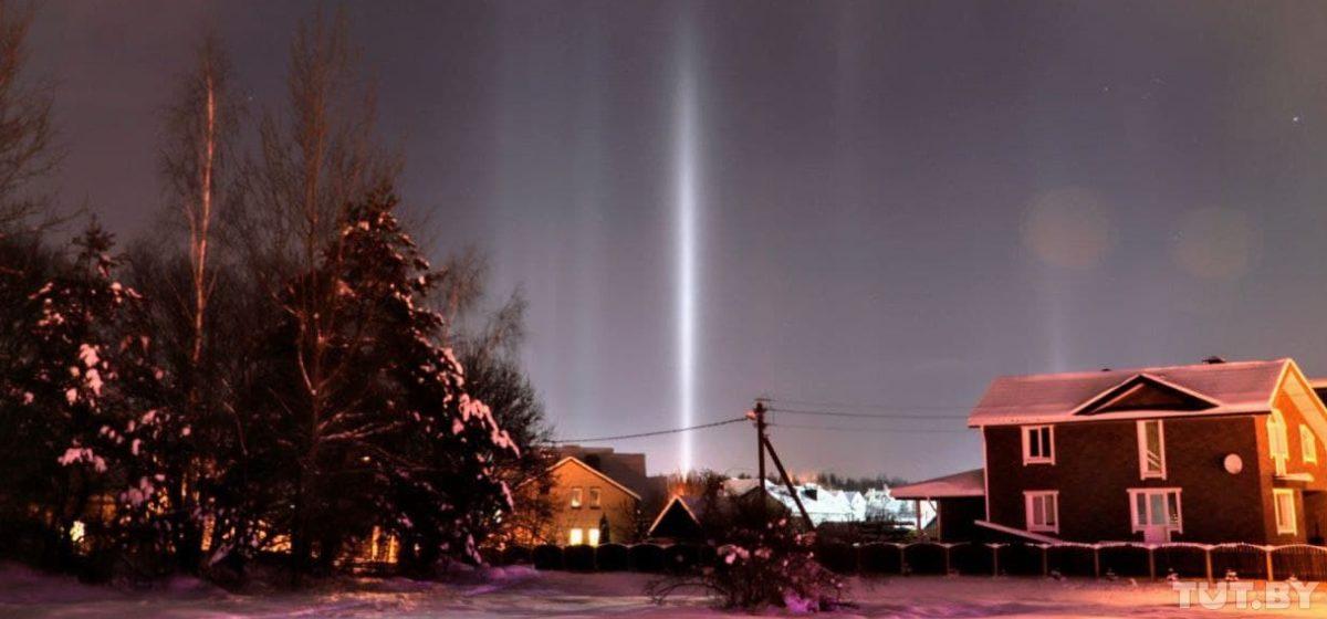Посмотрите на «световые столбы», которые появились под Минском