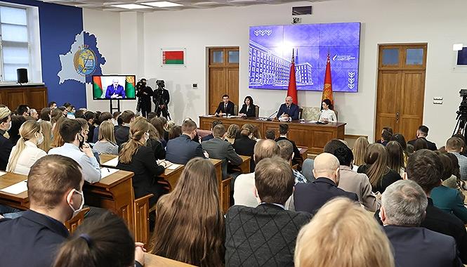 Лукашенко: Кто в пику государству выскочил за границу обучаться — оставайтесь там