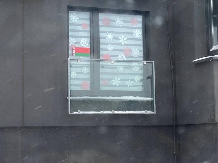 Так выглядит наклеенное изображение флага на окне. Фото: читатель TUT.BY