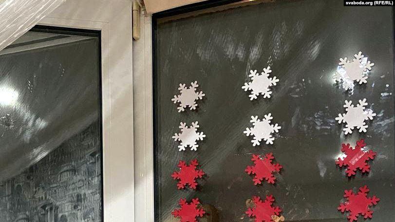 Минчанам разбили окна с бело-красно-белыми снежинками. Милиция: «Это высказывание мнения»