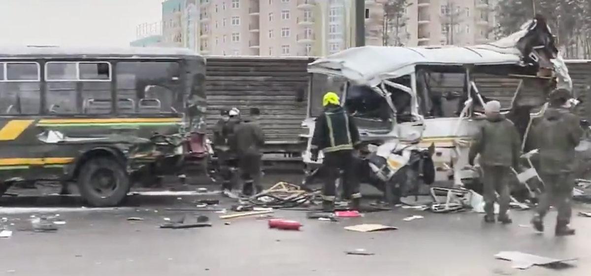 Самосвал протаранил колонну военных автобусов в Подмосковье. Есть погибшие. Видео