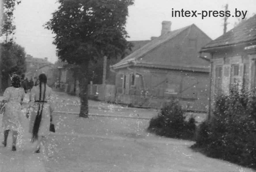 Еврейские девушки на территории гетто в первые дни. Сегодня это современная улица Мицкевича. Фото: 1871.BY