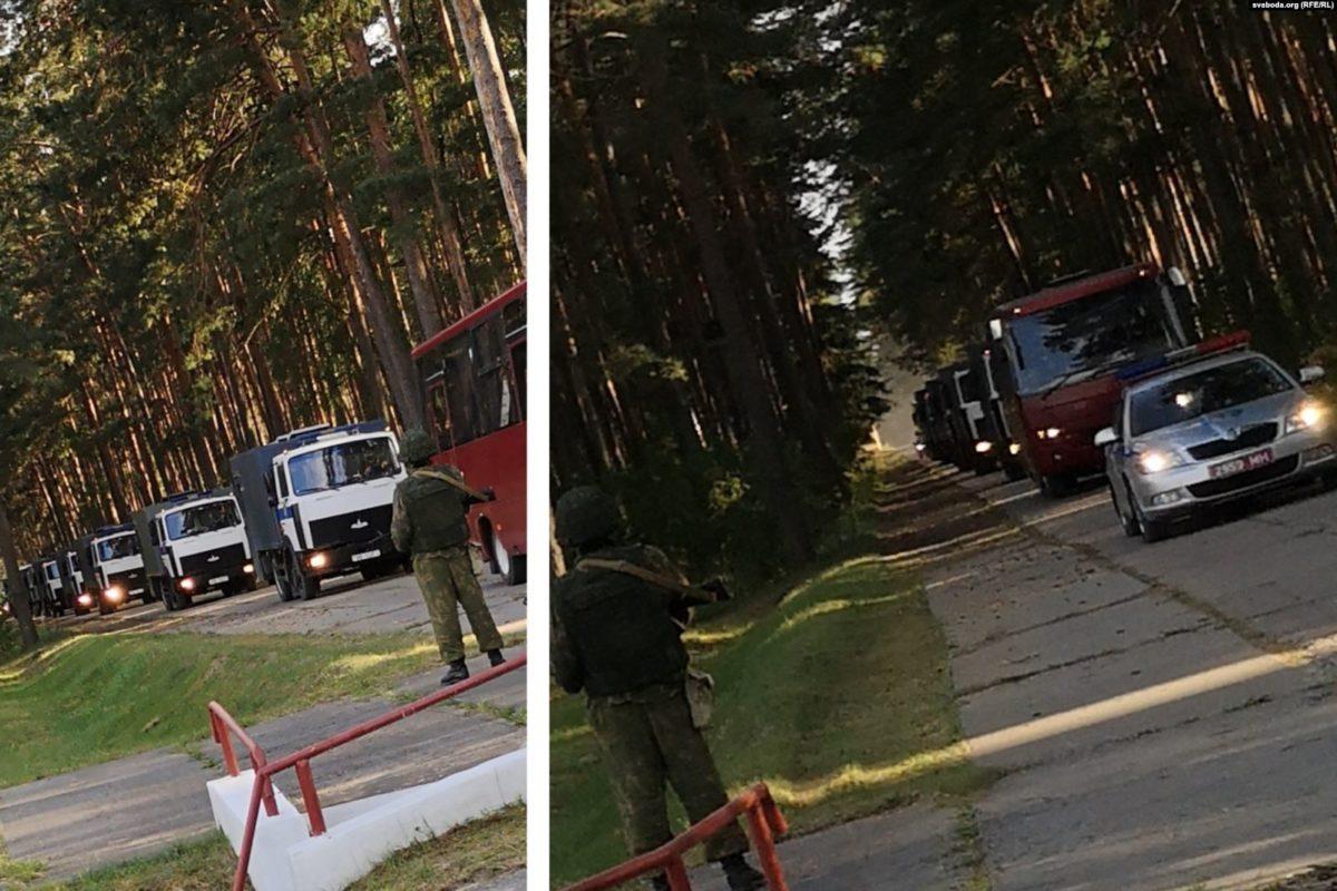 Колонна автозаков везет задержанных протестующих в новый лагерь под Слуцком, фото svaboda.org