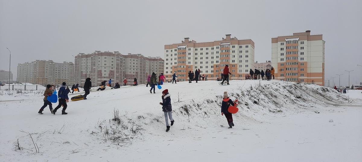 Горка возле строящейся школы.