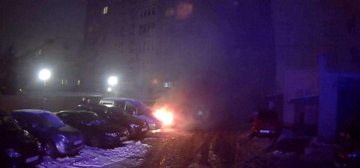 Во дворе дома в Барановичах горел автомобиль. Фотофакт
