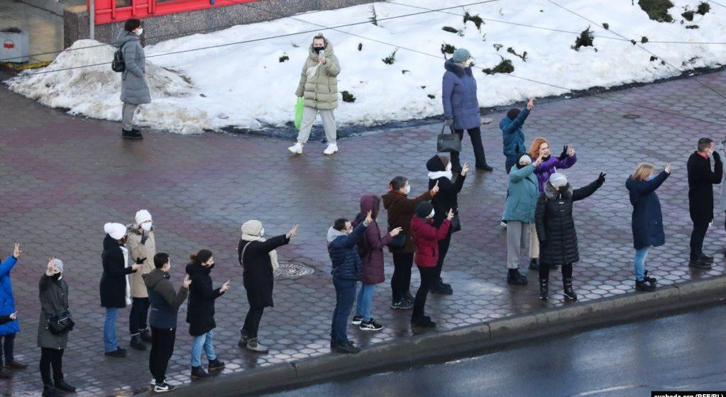 Цепи солидарности и БЧБ-снеговики. Что происходит в Беларуси 24 января