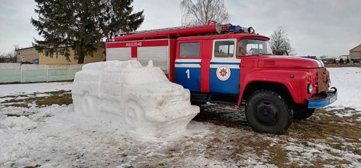 Спасатели вылепили пожарную машину из снега в Ляховичах. Фотофакт