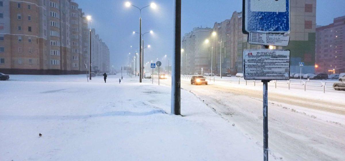 Машины застревают, не доезжая до клиента. Как сказался снегопад на работе городских автобусов и такси в Барановичах