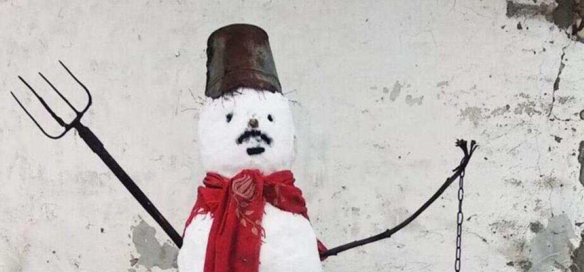 На Гомельщине сельчанина судят за снеговика с красным шарфом, которого он слепил в своем дворе