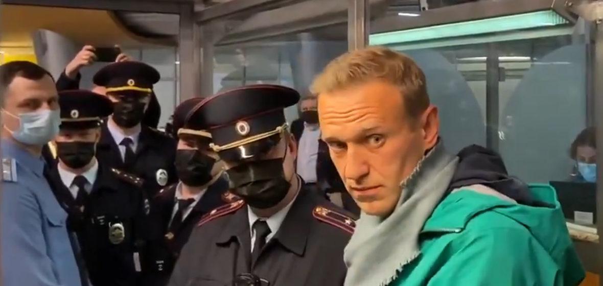 Алексея Навального задержали прямо в аэропорту в Москве. Прямой эфир