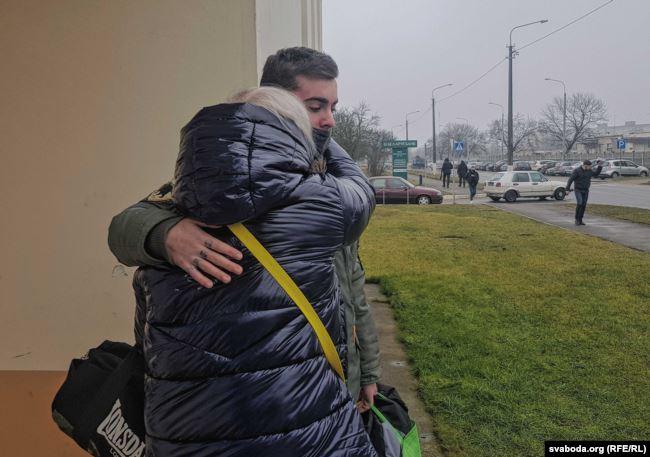 Момент встречи Ларисы Филипповой с сыном Олегом