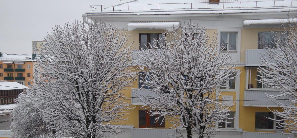 Куда обращаться, чтобы убрали снег и сосульки с крыш многоэтажек в Барановичах
