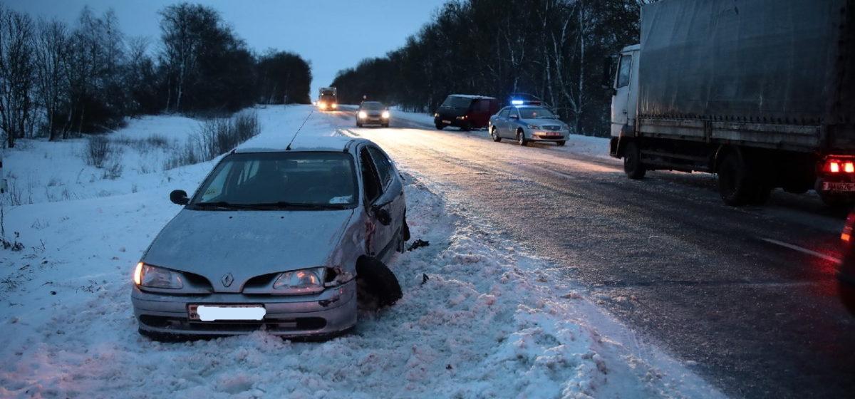В Барановичах микроавтобус занесло на встречку и он врезался в Renault