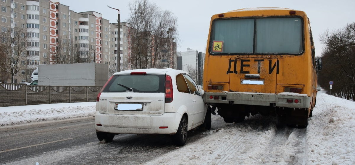 В Барановичах «Форд» въехал в стоящий на обочине школьный автобус