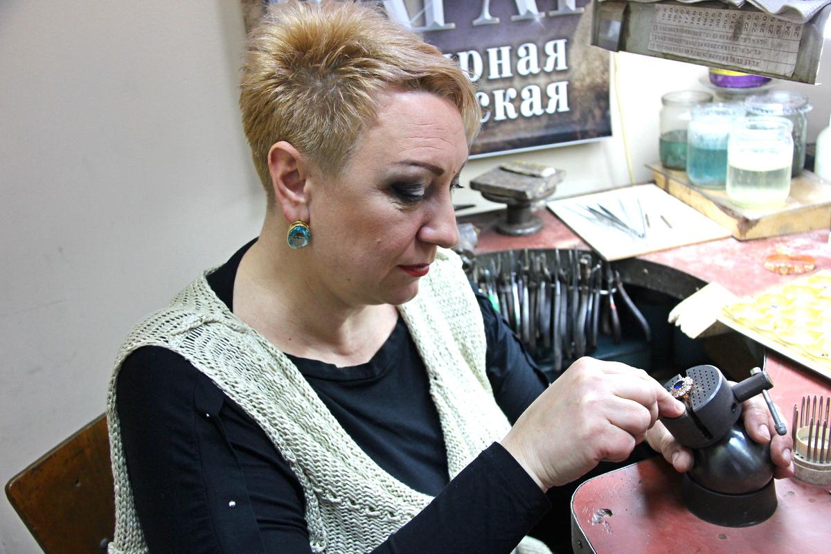 Елена Самохвалова более 20 лет занимается ювелирным делом. Фото: Никита ПЕТРОВСКИЙ