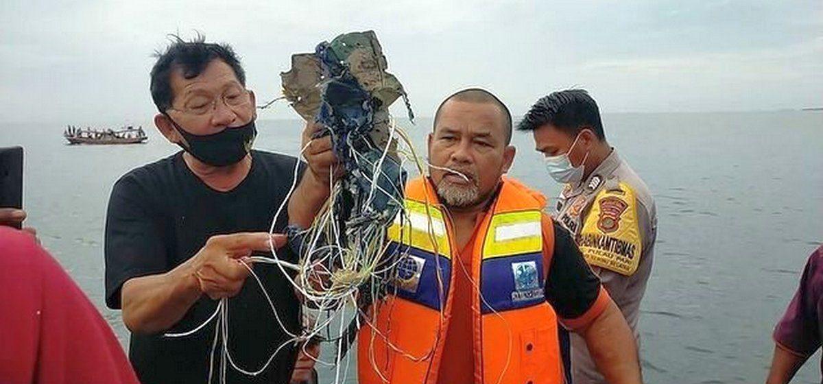 В Индонезии упал в воду пассажирский самолет, на борту которого находилось более полусотни пассажиров