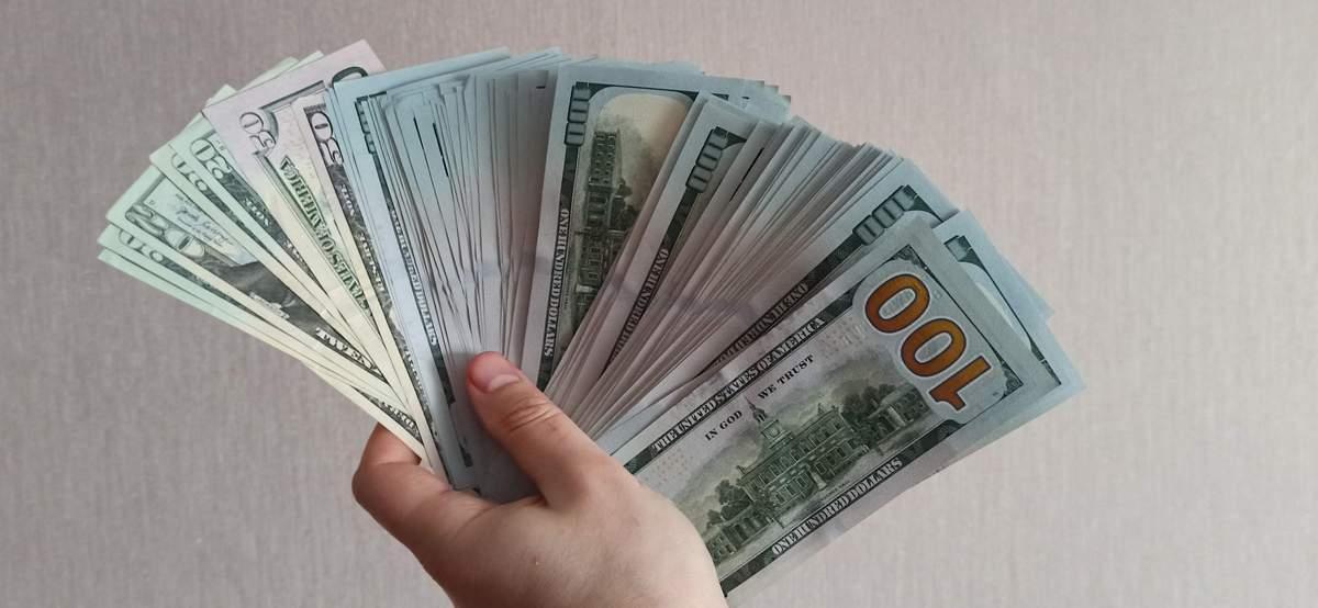 В чем лучше хранить накопления и что будет с курсом валют к концу апреля