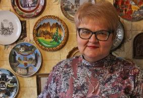 Хрупкое увлечение. Как жительница Барановичского района собирает декоративные тарелки из разных стран