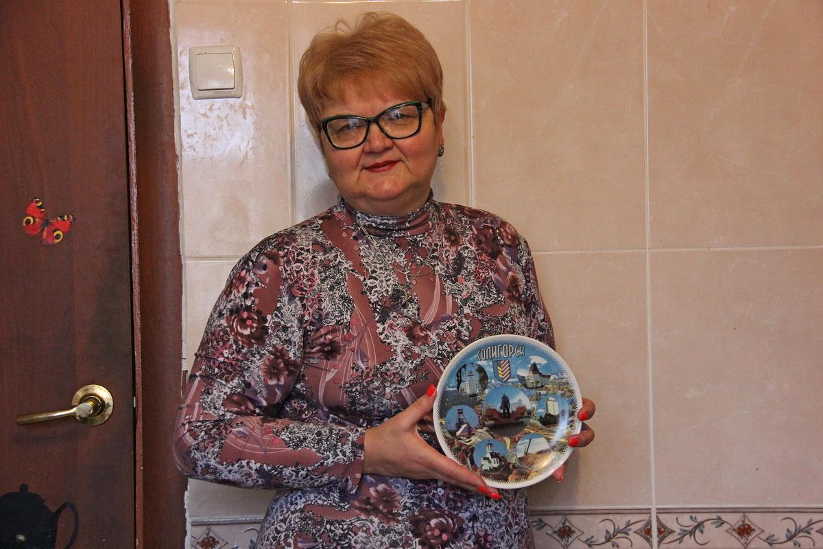 Светлана Гутько коллекционирует декоративные тарелки из разных городов и стран.  Фото: Нита ПЕТРОВСКИЙ