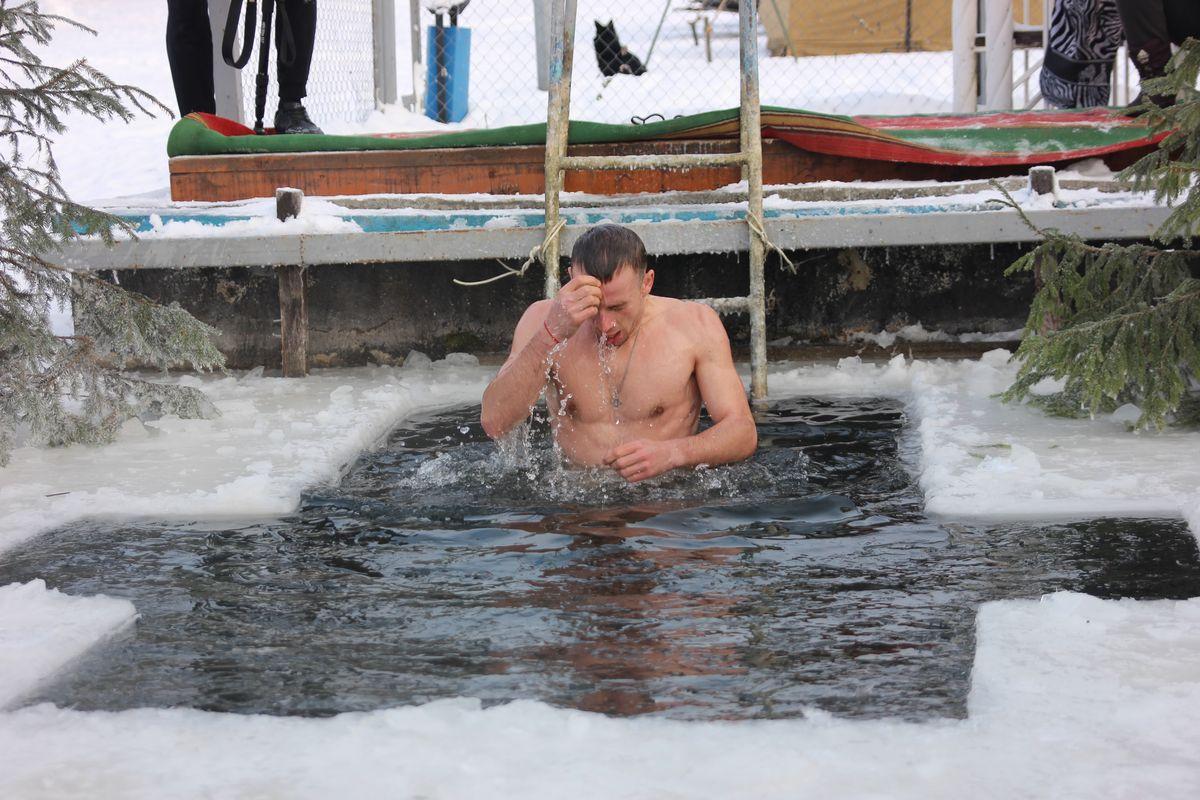 """Житель города Александр делится: """"Жара! Вода отличная!"""" - купания для парня стали традицией, уже четыре года он посещает водохранилище на Крещение.Фото: Никита ПЕТРОВСКИЙ"""
