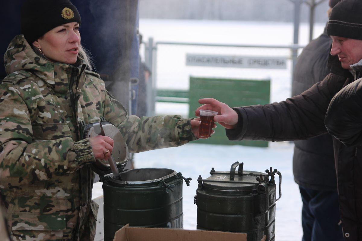 Военнослужащие угощали желающих горячим чаем и сухариками. Фото: Никита ПЕТРОВСКИЙ