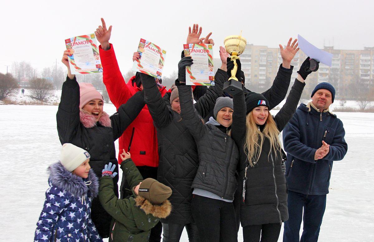 Команда КУПП «Барановичи коммунтеплосеть» радуется победе в «Зимних забавах». Фото: Никита ПЕТРОВСКИЙ