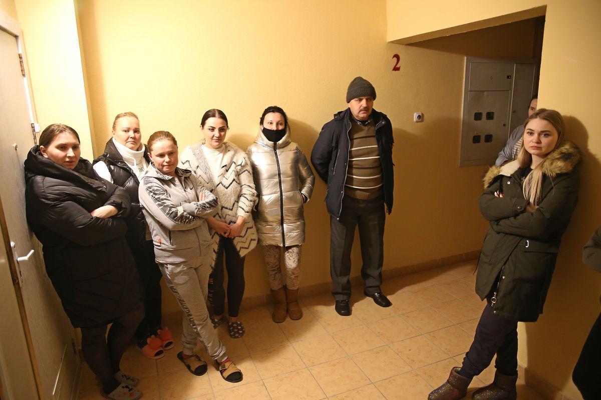 Жители дома №6 на улице Домейко. Фото: Никита ПЕТРОВСКИЙ