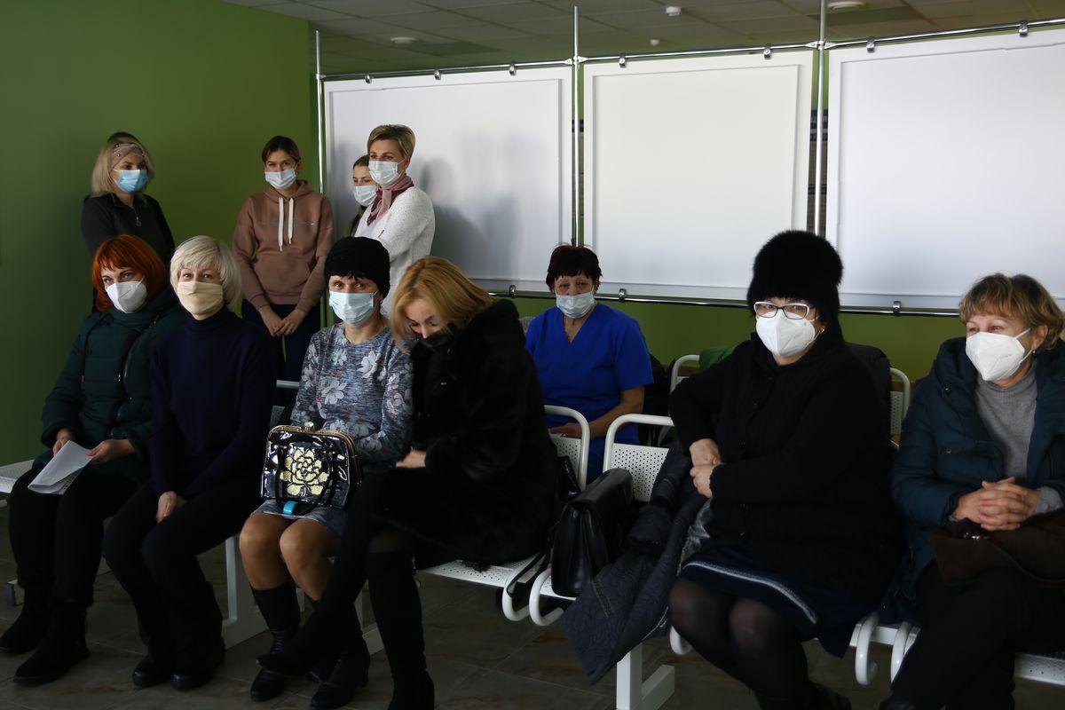 Добровольцы, ожидающие своей очереди на вакцинацию. Фото: Никита ПЕТРОВСКИЙ