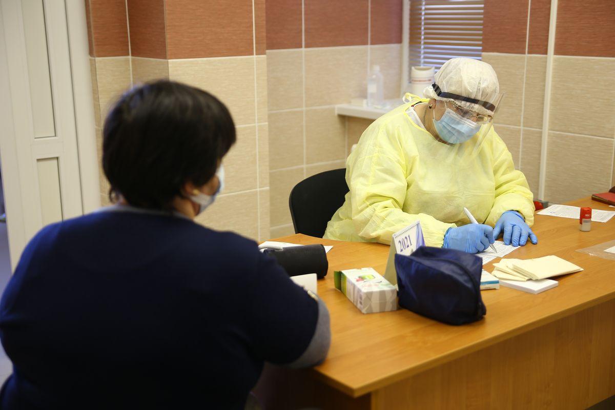 Необходимый осмотр добровольца перед прививкой. Фото: Никита ПЕТРОВСКИЙ