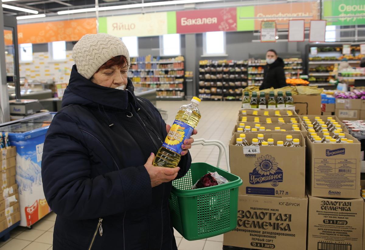 Надежда Юрчик говорит, что за год подорожали многие продукты, и особенно выросло в цене подсолнечное масло. Фото: Татьяна МАЛЕЖ