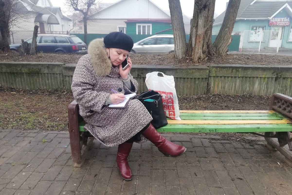 Марина Жура принимает заказы от жителей города, которые находятся под ее опекой. Фото: Кристина СОБИНСКАЯ
