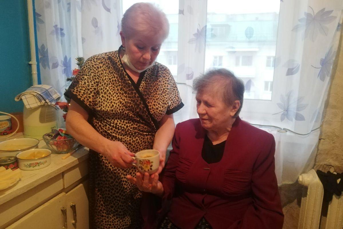 Марина Жура около двух лет оказывает помощь Нине Сакович. Фото: Кристина СОБИНСКАЯ