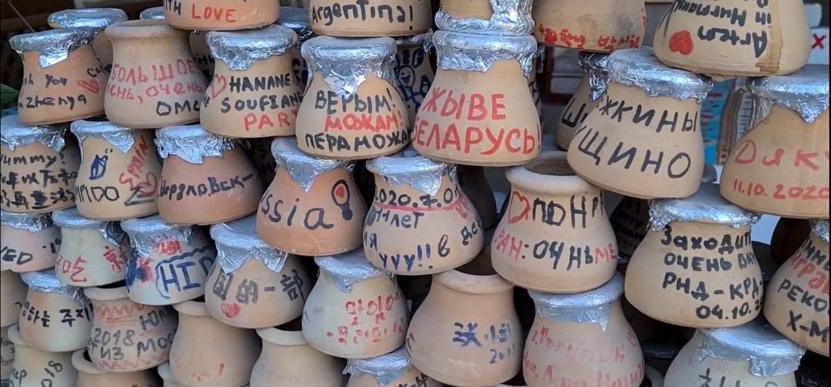 В Турции продают горшки с белорусскими патриотическими девизами. Фотофакт