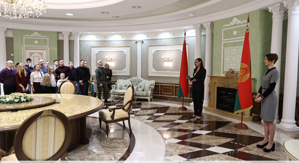 Сотрудники столичного ОМОН вместе со своими семьями побывали с экскурсией во Дворце Независимости. Без масок