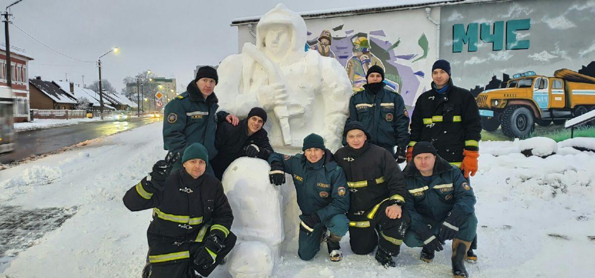 Две огромные фигуры слепили из снега спасатели МЧС в Барановичах