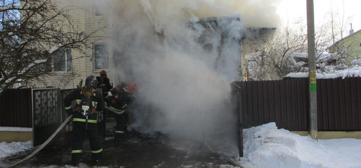 Nissan полностью сгорел во время пожара в барановичском гараже