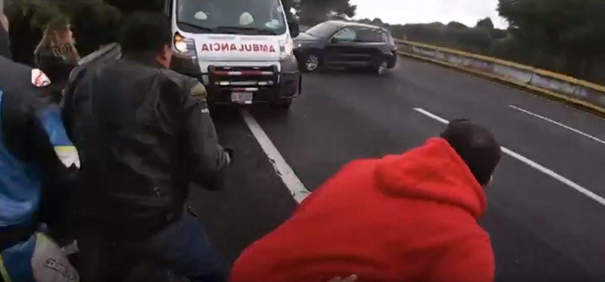 Байкеры чудом увернулись от неуправляемого автомобиля в Мексике. Видеофакт