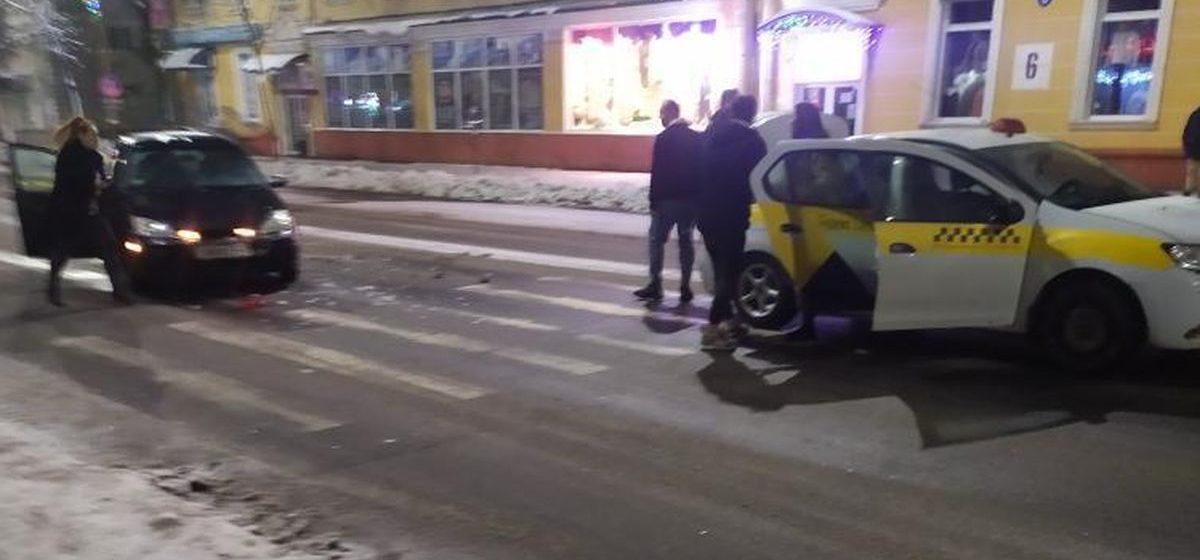 Девушка не успела вовремя затормозить перед пешеходным переходом в Барановичах, вот к чему это привело. Фотофакт