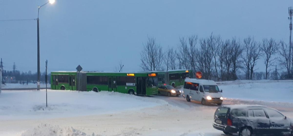 Городские автобусы буксуют и застревают в Барановичах. Фото, видео