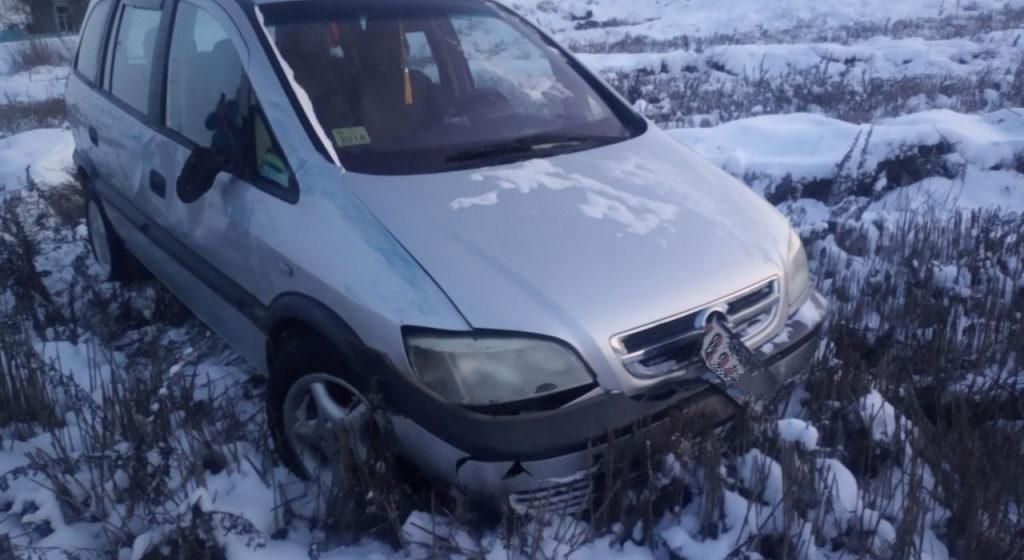 Opel влетел в стоящий на обочине УАЗ и сбил двух пешеходов в Брагинском районе