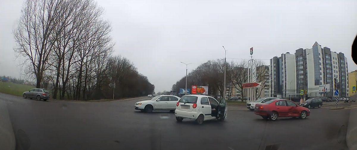 Момент ДТП на перекрестке улицы Доменикана и проспекта Советского в Барановичах попал на видеорегистратор