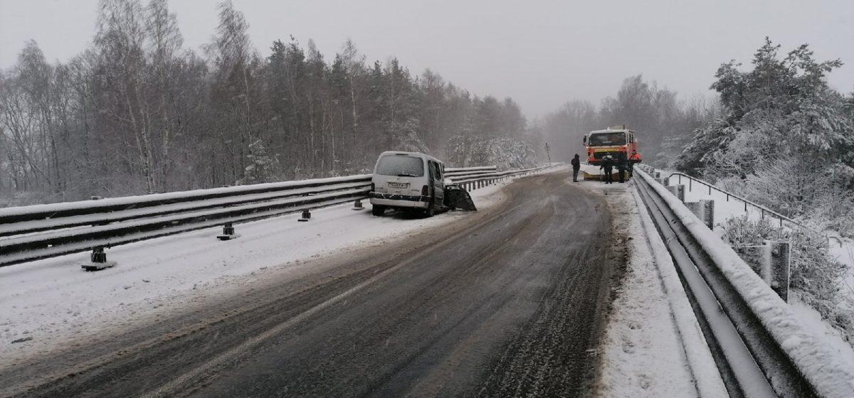 МАЗ, расчищавший дорогу в Барановичах, вынесло на встречку, где он смял Ситроен