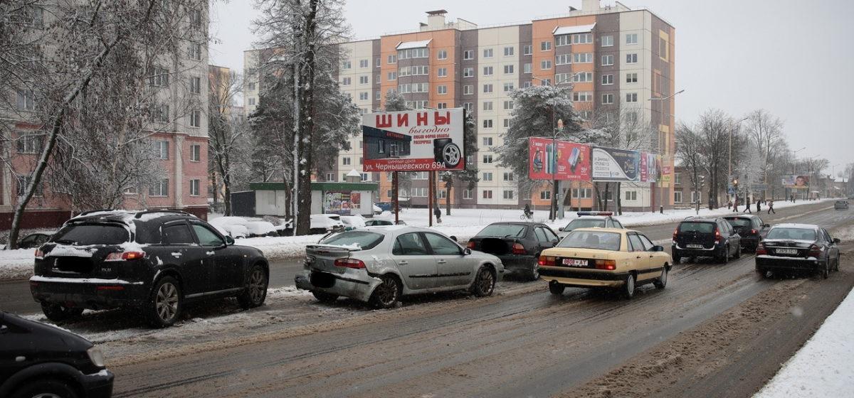 Три машины столкнулись на путепроводе в Барановичах
