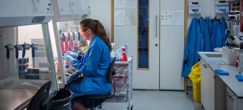 Какие вакцины от COVID-19 уже существуют, в чем их различия, какова эффективность и опасность