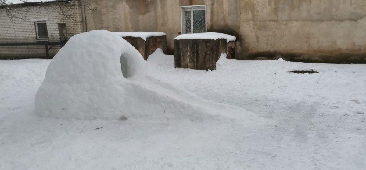 В Барановичах в одном из дворов слепили необычную снежную крепость. Фотофакт